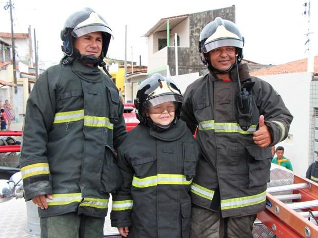 Pedido de carrinho no Natal vira visita de bombeiros para garoto no RN