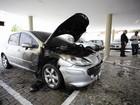 Carro pega fogo em estacionamento do TCU no bairro do Farol, em Maceió
