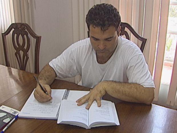 Reinaldo fez a prova do Enem e frequenta a faculdade de pedagogia (Foto: reprodução/TV Tem)