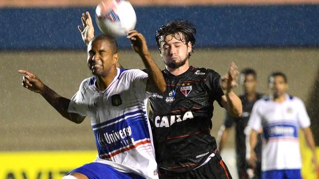 João Paulo e Leandro Carvalho no jogo São Caetano e Atlético-GO (Foto: Carlos Costa / Agência Estado)