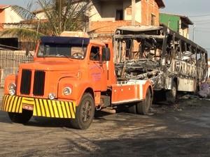 Ônibus foi queimado após 4 serem baleados em Piracicaba (Foto: Edijan Del Santo/EPTV)