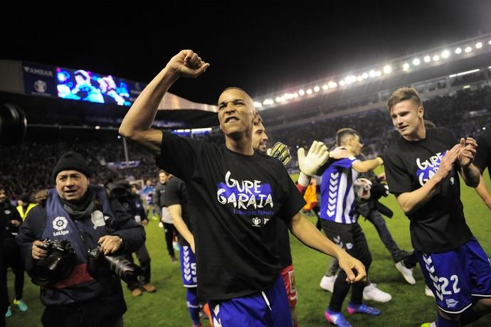 Deyverson comemora classificação do Alavés à final da Copa do Rei (Foto: AP Photo/Alvaro Barrientos)