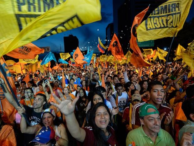 Apoiadores do partido de oposição MUD participam do encerramento da campanha eleitoral nesta quinta-feira (3) em Caracas (Foto: AFP PHOTO/FEDERICO PARRA)