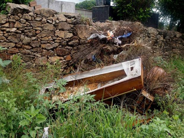 Caixões são dispensados dentro do cemitério em Santo Antônio dos Campos (Foto: Diego Henrique/Divulgação)