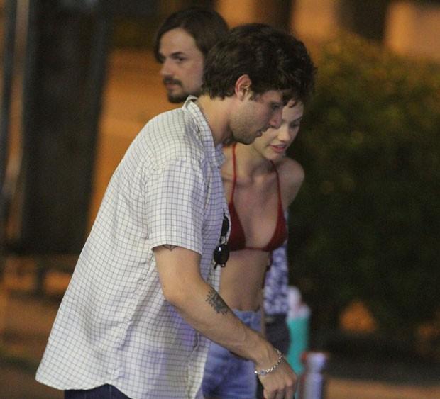 Chay Suede e Laura Neiva passeiam com seus cachorros no Rio (Foto: AgNews / Thiago Martins)
