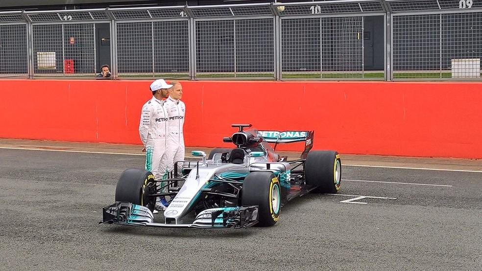 Lewis Hamilton e Valtteri Bottas no lançamento do W08, em Silverstone (Foto: Divulgação)