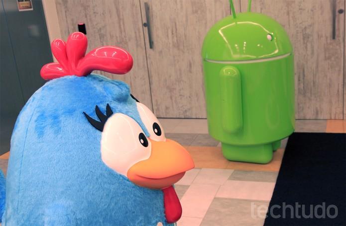 Android e sua mais nova amiga, a Galinha Pintadinha, na sede do Google Brasil (Foto: Isadora Díaz/TechTudo)