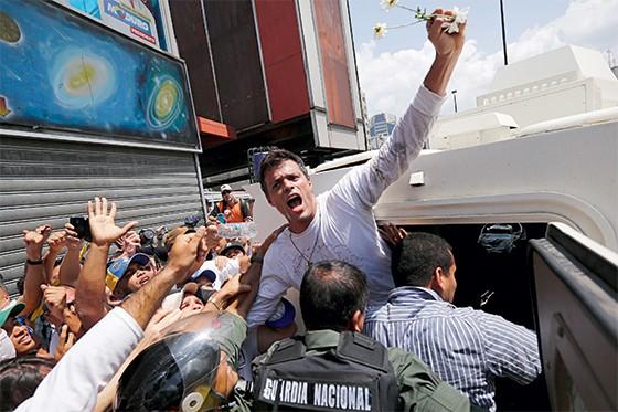 Leopoldo López, ao ser preso em 2014. (Foto: Jorge Silva/Reuters)