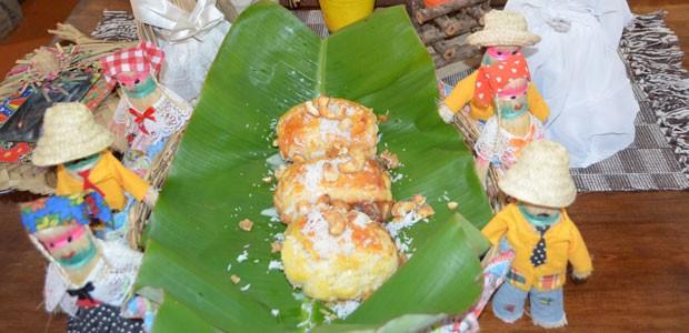 Pão Junino da Comadre é feito com macaxeira, coco e castanha em SE (Foto: Marina Fontenele/G1)