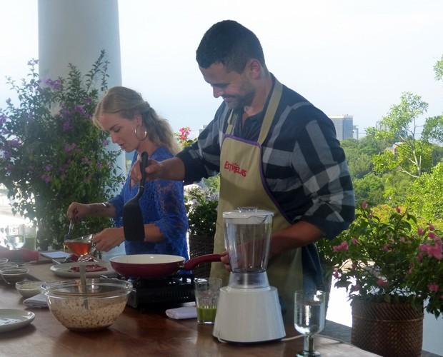 Carmo Dalla Vecchia mostrou habilidade na cozinha para Angélica (Foto: Nathália Gomes/Gshow)
