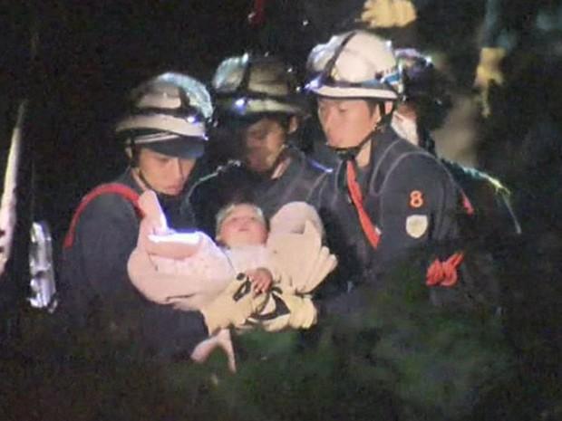 Bebê de 8 meses é resgatado dos escombros após tremor atingir o Sul do Japão, na quinta-feira (4) (Foto: BBC)