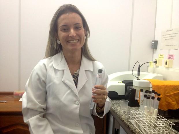 Pesquisadora Anna Eliza Maciel diz que apresentaram alto índice de mortalidade das larvas (Foto: Jéssica Alves/G1)