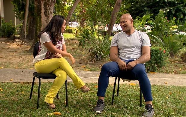 Ruthiene Bindá conversa com lutador Ronaldo Jacaré (Foto: Rede Amazônica)