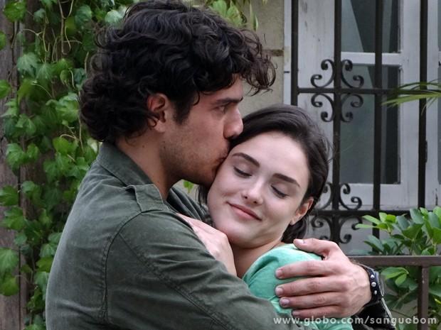 Bento dá um beijo de amigo em Giane (Foto: Sangue Bom/TV Globo)