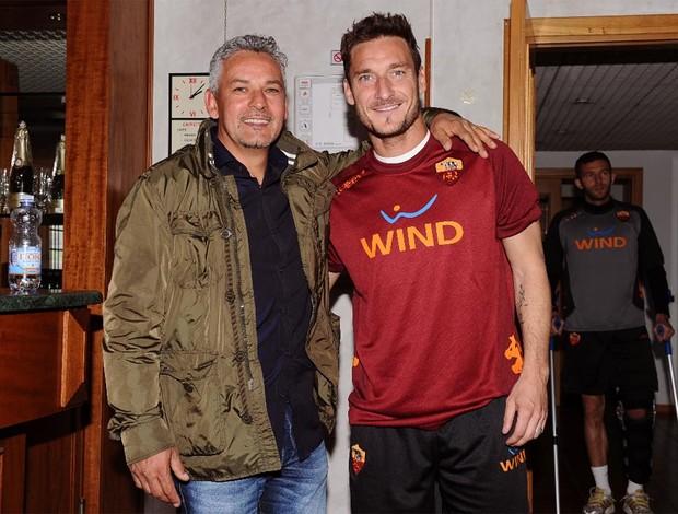 Totti e Roberto Baggio (Foto: Divulgação / Site Oficial Asroma)