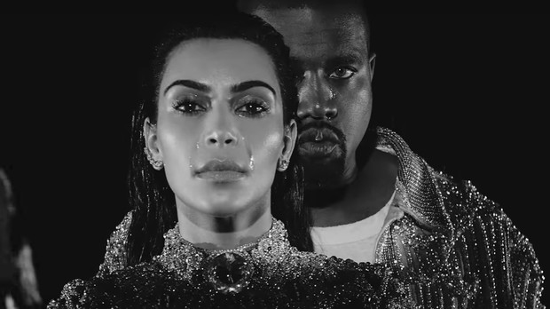 Kim Kardashian e Kanye West 'choram' no clipe de 'Wolves' (Foto: Reproduo)