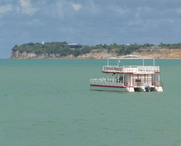 Ao fundo o Pontal do Seixas,  ponto mais oriental das Américas, onde fica o Farol do Cabo Branco (Foto: Domingão do Faustão/TVGlobo)