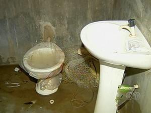 Vaso sanitário não funciona e os funcionários precisar fazer as necessidades fisiológicas no mato (Foto: Reprodução/TV Anhanguera)