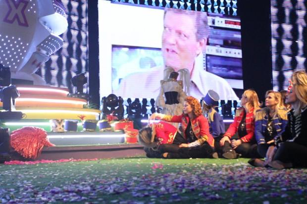 Xuxa se retira do palco após assistir vídeo (Foto: Thyago Andarde/BrazilNews)