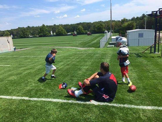 Tom Brady com os filhos (Foto: Reprodução / Facebook)