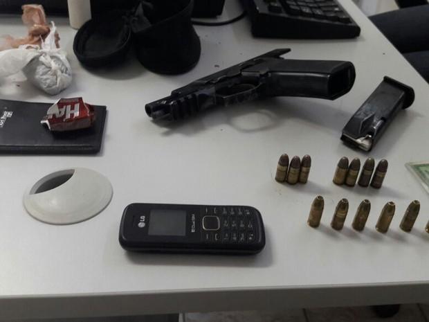 Polícia apreendeu drogas, uma balança de precisão, uma pistola, munição e uma moto roubada (Foto: Divulgação/Polícia Civil do RN)