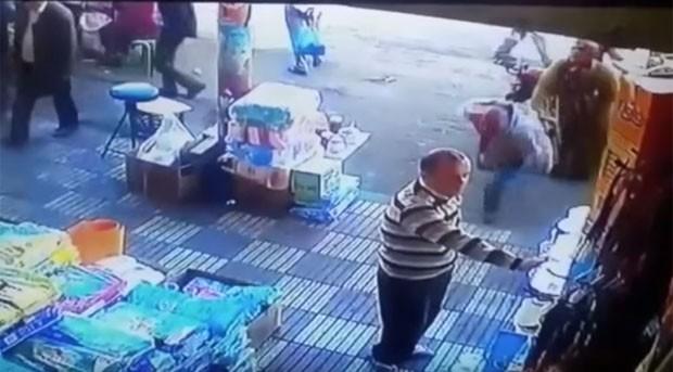 f12132b77 Uma câmera de segurança instalada em Inezgane, no Marrocos, flagrou o  momento em que