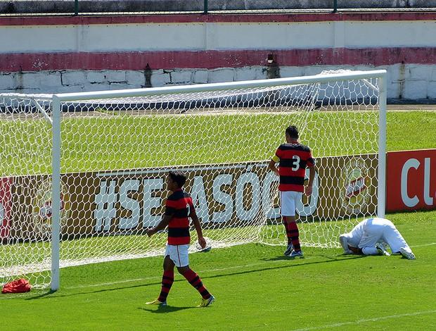 goleiro caio flamengo falha no gol do botafogo sub-20 (Foto: Vicente Seda)