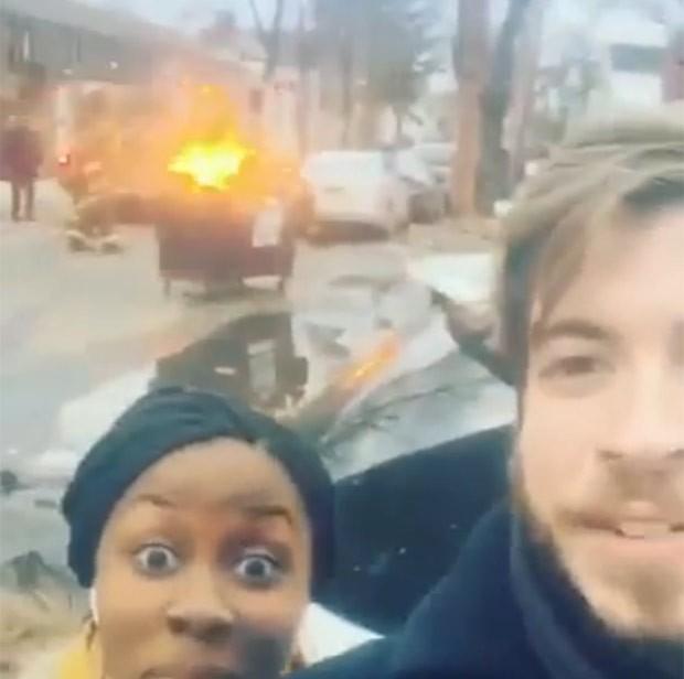 Dupla se deu mal ao fazer um vídeo selfie na frente uma lixeira que pegava fogo (Foto: Reprodução/YouTube/Tom Lavery)