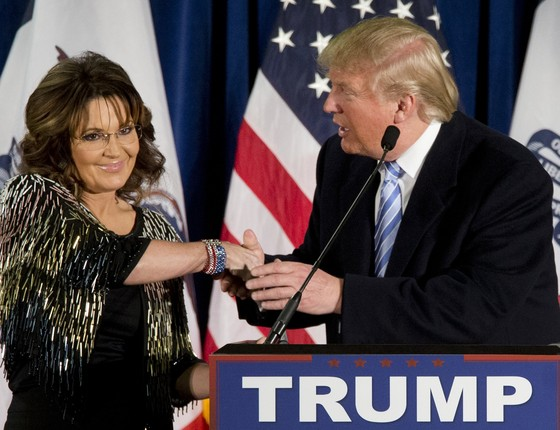Sarah Palin, ex-governadora do Alasca (EUA), anuncia apoio à candidatura de Donald Trump à Presidência dos Estados Unidos durante evento em Iowa (Foto: Mary Altaffer/AP)