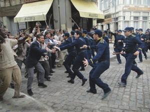 Polícia em choque com manifestantes (Foto: Lado a Lado/TV Globo)