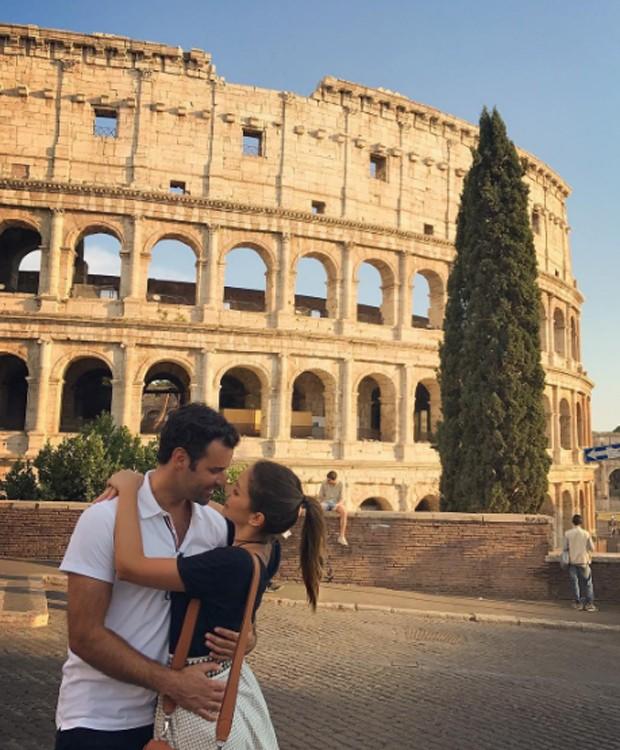 Carol Celico e o namorado, o empresário Eduardo Scarpa, pose romântica no Coliseu, em Roma, na Itália (Foto: Reprodução/Instagram)