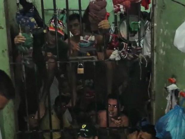 Em fevereiro de 2015, presos estavam amontoados em unidade no Amazonas (Foto: Sinpol-AM/Divulgação)