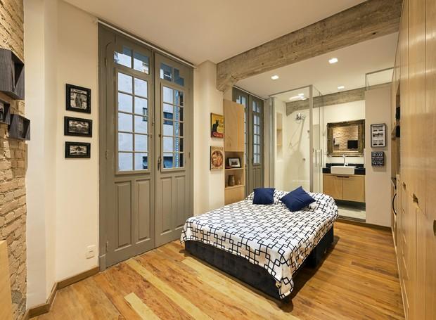 Em apenas 19 m², a saída foi optar por um sofá-cama que acomoda confortavelmente duas pessoas (Foto: Emiliano Hagge/Divulgação)