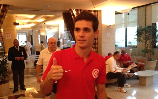 Oscar comemora convocação no hotel do Inter (Foto: Daniel Musa/RBS TV)