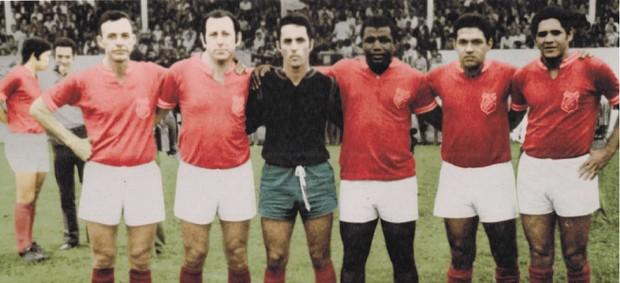 XI da Saudade com Ery, Toti, Écio, Ademar Pantera, Garrincha e Gildo (Foto: Tirreno Da San Biagio / Arquivo pessoal)