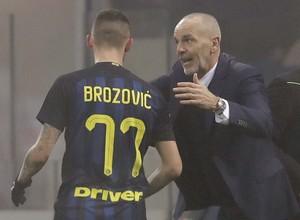 Brozovic ouve orientações do técnico Pioli durante Internazionale x Genoa (Foto: AP Photo/Luca Bruno)