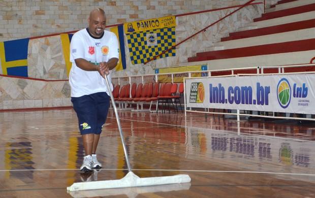 O massoterapeuta Pia, do São José Basquete, seca a quadra do ginásio Lineu de Moura (Foto: Danilo Sardinha/Globoesporte.com)