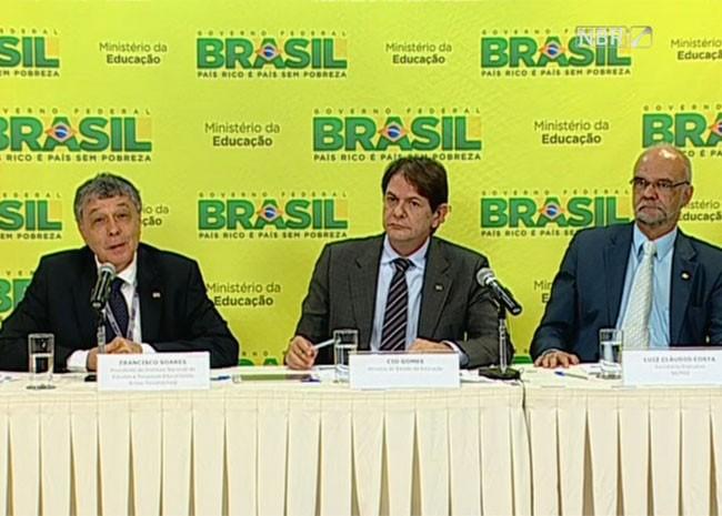 O presidente do Inep, Francisco Soares, o ministro da Educação, Cid Gomes, e o secretário do MEC, Luiz Cláudio Costa (Foto: Reprodução/NBR TV)