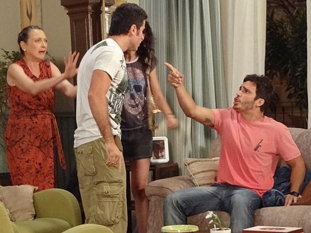Em casa, Zenon jura que não pegou a grana (Foto: Guerra dos Sexos / TV Globo)