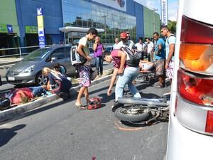 Dois homens em uma motocicleta bateram na traseira de um ônibus na rua Bancário Sérgio Guerra, uma das principais ruas do bairro Bancários, em João Pessoa. O acidente aconteceu na manhã desta segunda-feira (29) e os dois ocupantes da moto se feriram.  (Foto: Walter Paparazzo/G1)