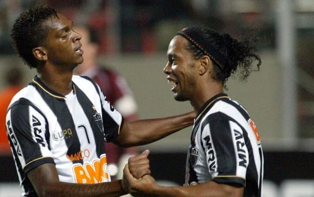 Jô e Ronaldinho Gaúcho gol Atlético-MG (Foto: EFE)
