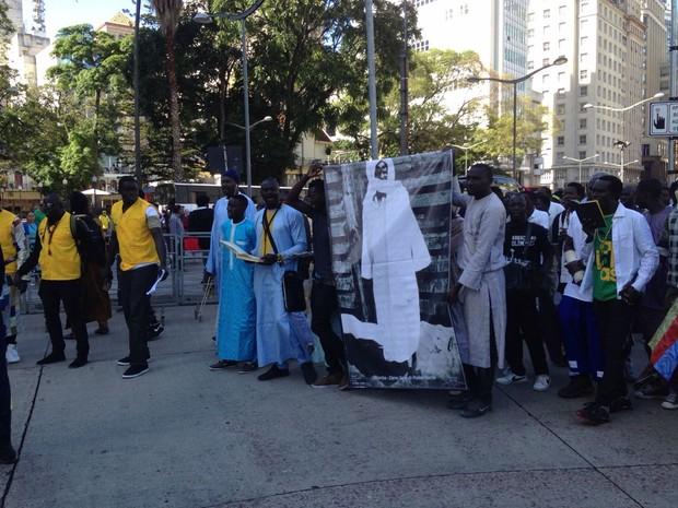 Imigrantes senegaleses no fizeram ato em homenagem a líder islâmico em Porto Alegre (Foto: Roberta Salinet/RBS TV)