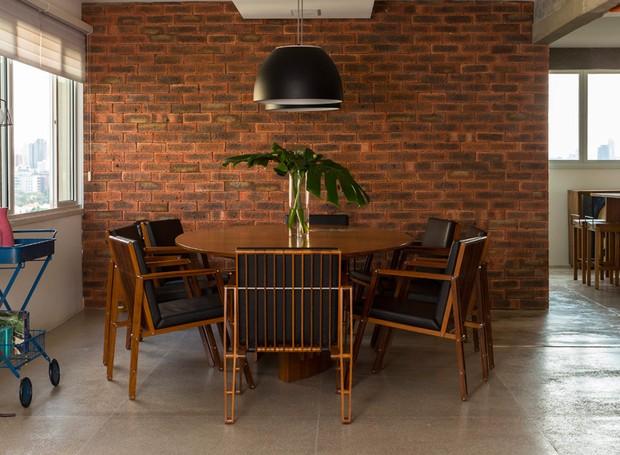 Sala-de-jantar-tijolo-inglês-industrial-rústico-arquiteta-sara-oleiro-apartamento (Foto: Edu Castello/Editora Globo)