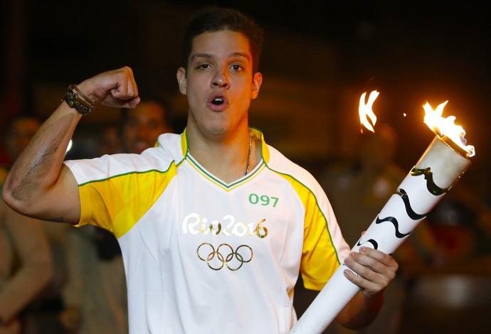 Henrique Arcoverde, repórter do SporTV, leva tombo durante o tour da tocha em Criciúma (Foto: Rio 2016)