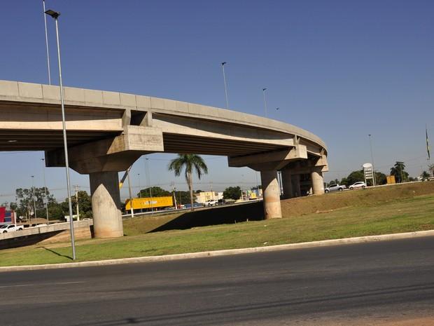 Viaduto do Tijucal foi liberado parcialmente para o trânsito no ano passado. (Foto: Nathalia Lorentz/ G1)