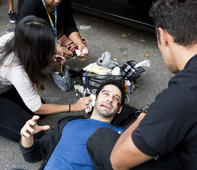 João Baldasserini se preparando para gravar  cena tensa de seu personagem (Foto: Ellen Soares/ Gshow)