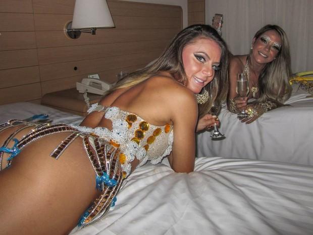 A modelo Marianne Ranieri, Miss Bumbum Portugal, e a apresentadora Gil Jung, rainha de bateria da Acadêmicos do Tatuapé (Foto: Paulo Piza/G1)