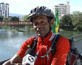 Ciclista já pedalou pelo Brasil e por outros países (Foto: RJTV 2ª Edição)