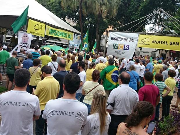 Protestantes se reunem em praça de Rio Preto (Foto: Renata Fernandes/G1)