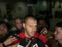 Deola desembarca sob protestos de torcedores que pedem goleiro reserva